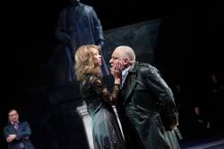 Anna Maxwell as Regan and Simon Russell Beale as King Lear